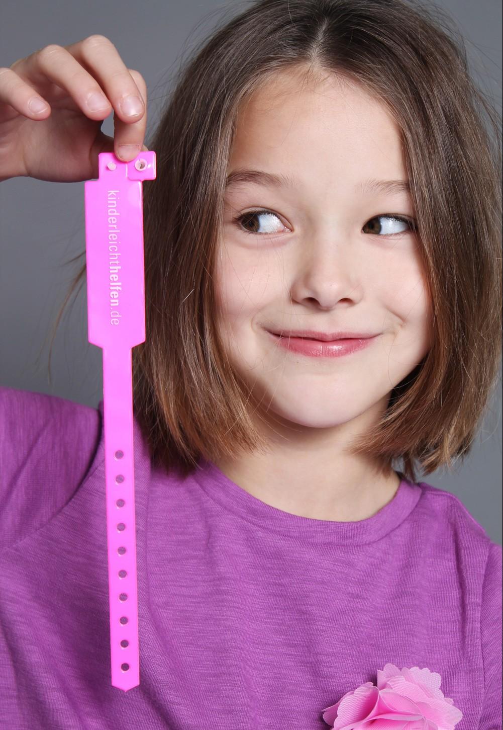 """Kindermodel fotografiert mit """"Kinderleicht helfen"""" Armbändchen"""