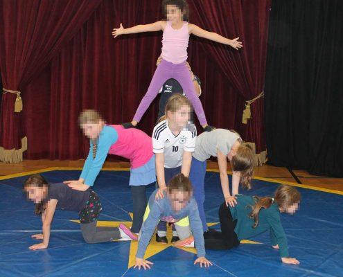 Das Bild zeigt eine Zirkus-Pyramide aus kleinen Kindern