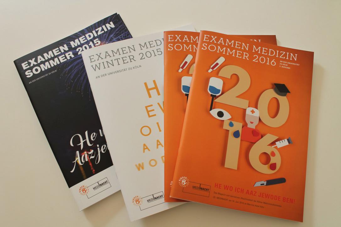 Vier Magazine des Medinacht liegen hier aufgefächert auf einem Tisch.
