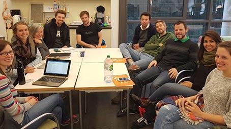 Studenten sitzen für ein Meeting um einen Tisch und planen die nächste Medinacht (Domspitzen eV)