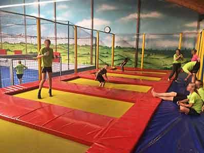 Kinder springen auf Trampolinen in einer Halle