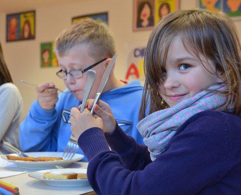 Kinder beim kostenlosen Mittagessen der Arche. Ein vom Domspitzen eV. gefördertes Projekt.