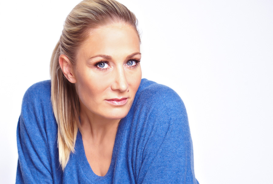 Portraitfoto der Schauspielerin Janine Kunze.