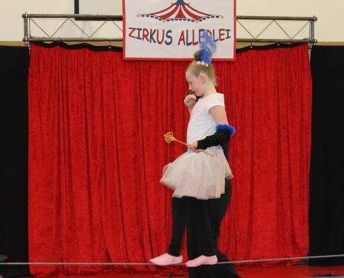 Zirkustraining an der Eduard-Mörike-Schule. Ein kleines Mädchen balanciert auf einem Seil.
